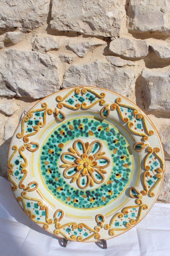 Piatto artistico in ceramica con fiori e festoni