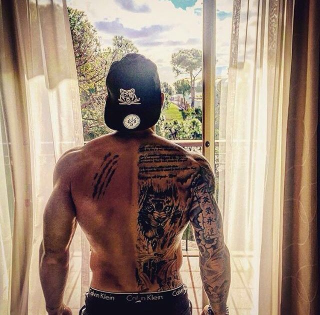 Tattoo rücken männer Kleine Tattoos