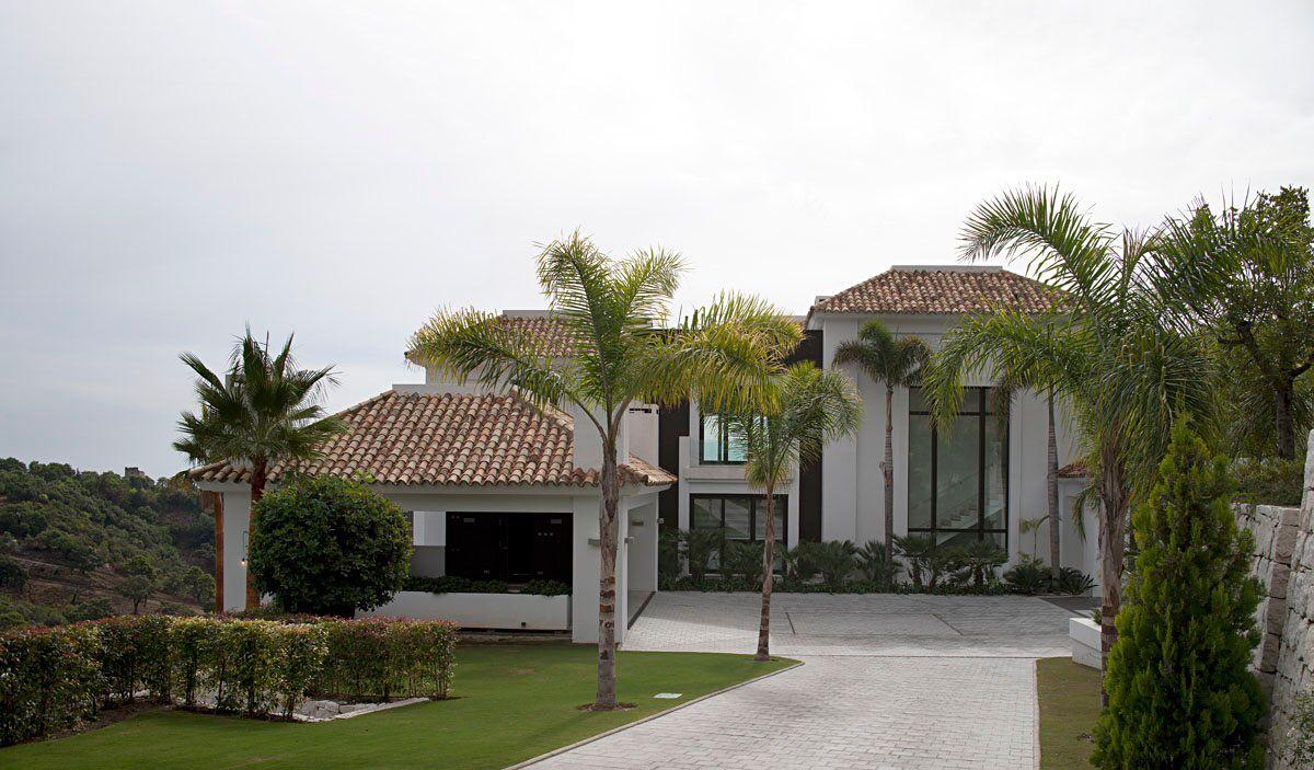 Entrance driveway to a contemporary villa in la zagaleta - Tobal arquitectos ...