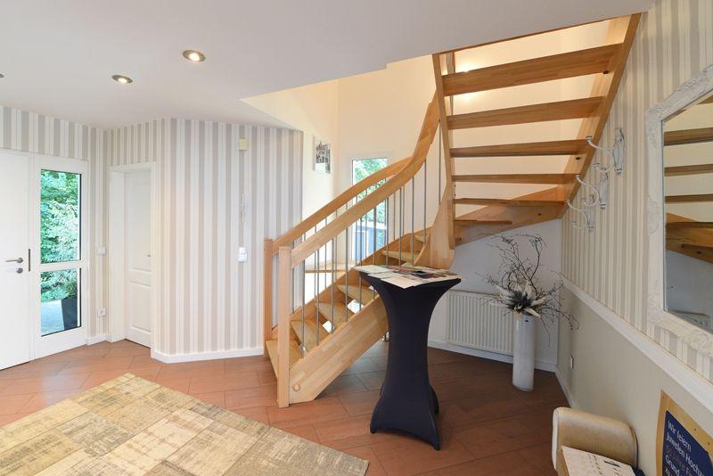 Wohnideen Treppenaufgang fertighaus wohnidee diele flur treppe haus fertighaus treppe