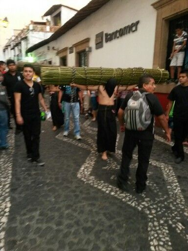 Encruzado en procesión de semana santa en Taxco, Guerrero, México