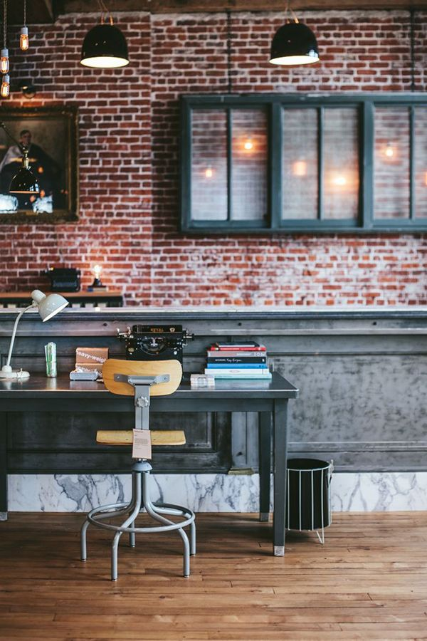 Industrial mood bureau avec murs en briques rouges industriel loft atelier deco pinterest - Deco mur de brique salon ...