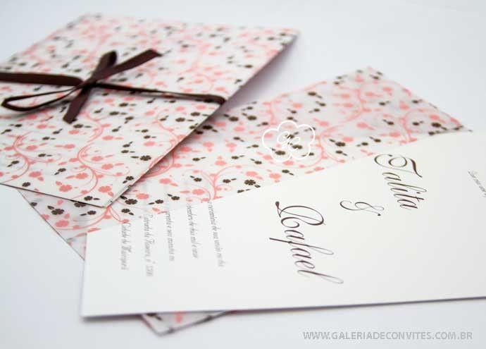 modelo LF: convite de casamento com envelope em papel vegetal todo estampado de flores. Em tons de marrom e rosa - Galeria de Convites