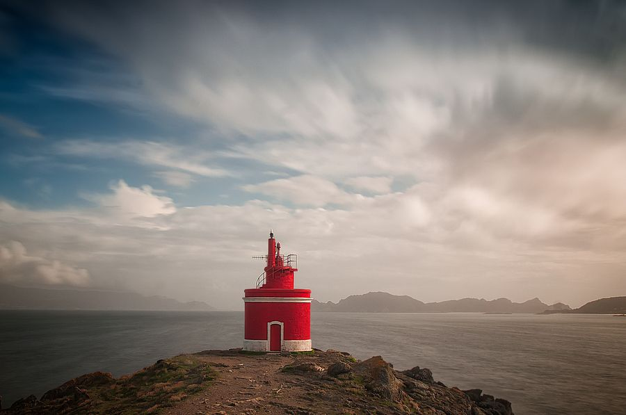 Faro roxo    -         red lighthouse by antonio g. eiras, via 500px