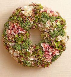 Photo of Krans van rozen, hortensia en sedum