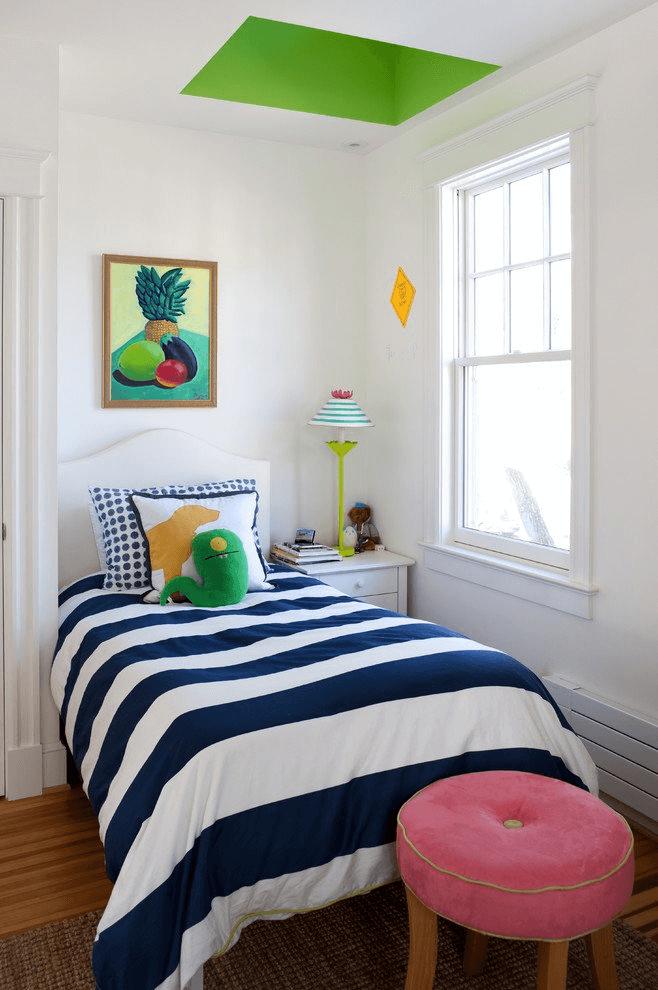 Deko kleines schlafzimmer mit blauer Bettwäsche, Fresken und großen ...