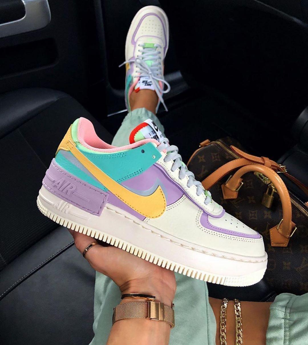 Postuzapas En Instagram Nuevas Nike Air Force Colours Unas De Nuestras Favo En 2020 Zapatos Nike Para Damas Zapatos Altos De Moda Zapatillas Nike Para Ninas