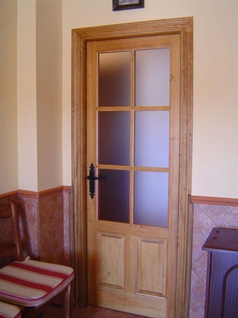 Puerta castellana 6 vidrios manivela negra puertas for Puertas madera vidrio para interior
