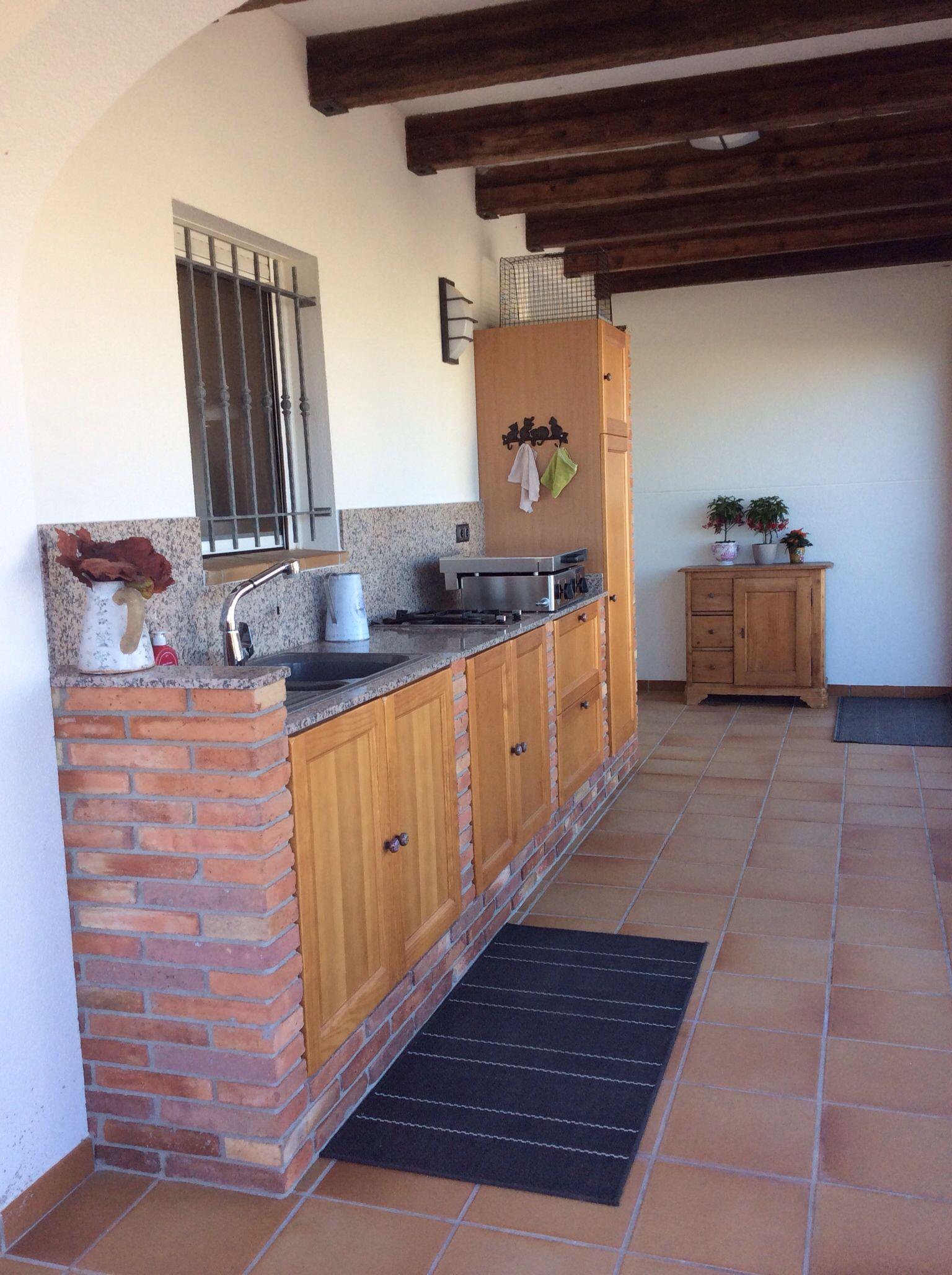 cuisine extérieure en brique rouge,portes en bois à el perello-mar