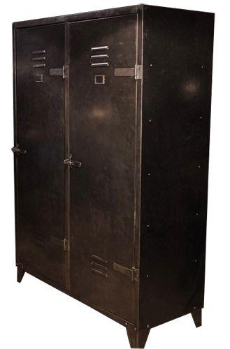 loft -kaluste: armeijan vanha kaappi. Sisällä hyllyjä. Painava ja kestävä. 1260€.