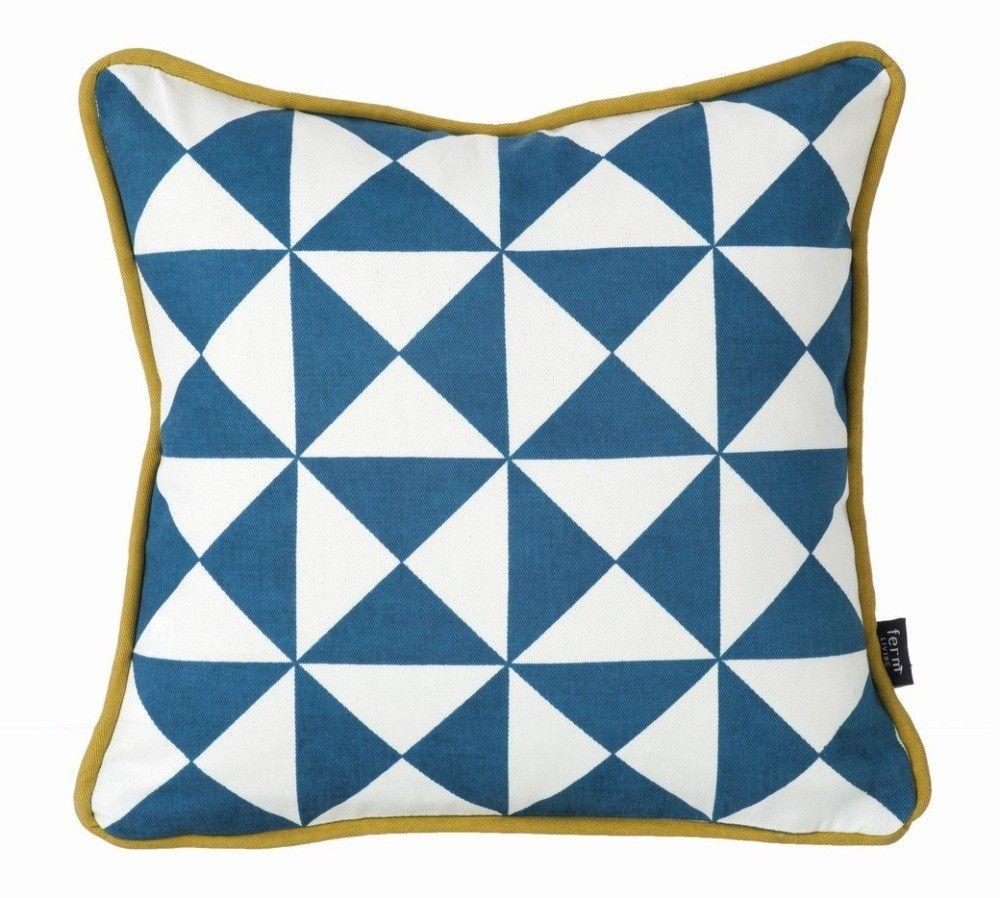 Et voilà le Coussin Petite Géométrie Bleu que Ferm Living vient de s'amuser à Dessiner !Un Coussin Géométrique qu'on mélange bien sûr avec les autres Couleurs et Motifs pour une petite Décoration Joyeuse !�a c'est un Cadeau Déco qui rend Heureux !Ferm Living