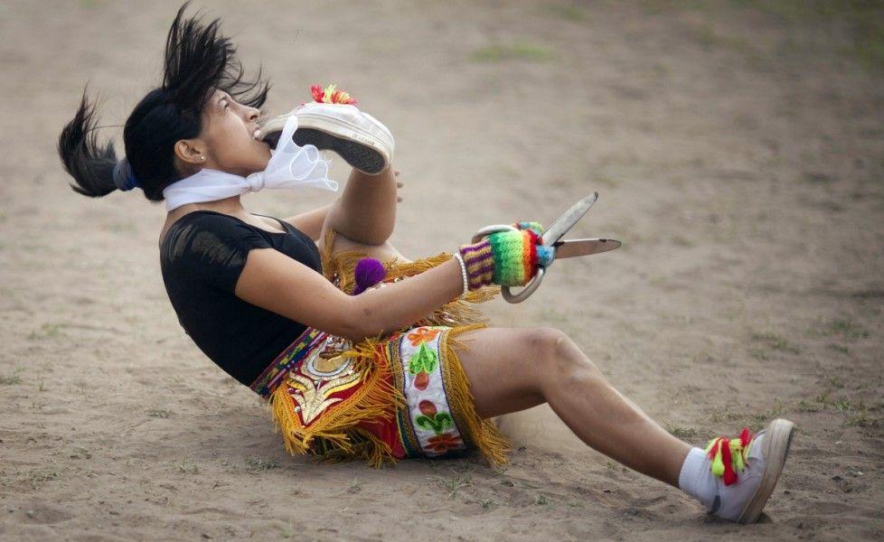 """Danza delle forbici. Una """"danzatrice delle forbici"""" si esibisce durante una competizione nelle periferie di Lima, Perù (Reuters/Enrique Castro-Mendivil)"""