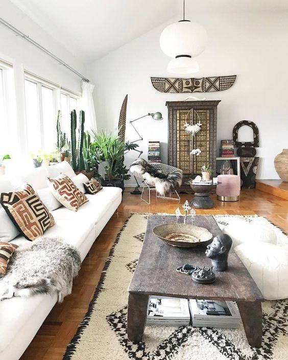 Un sal n decorado con muebles y piezas tra das de pa ses - Muebles decorados a mano ...