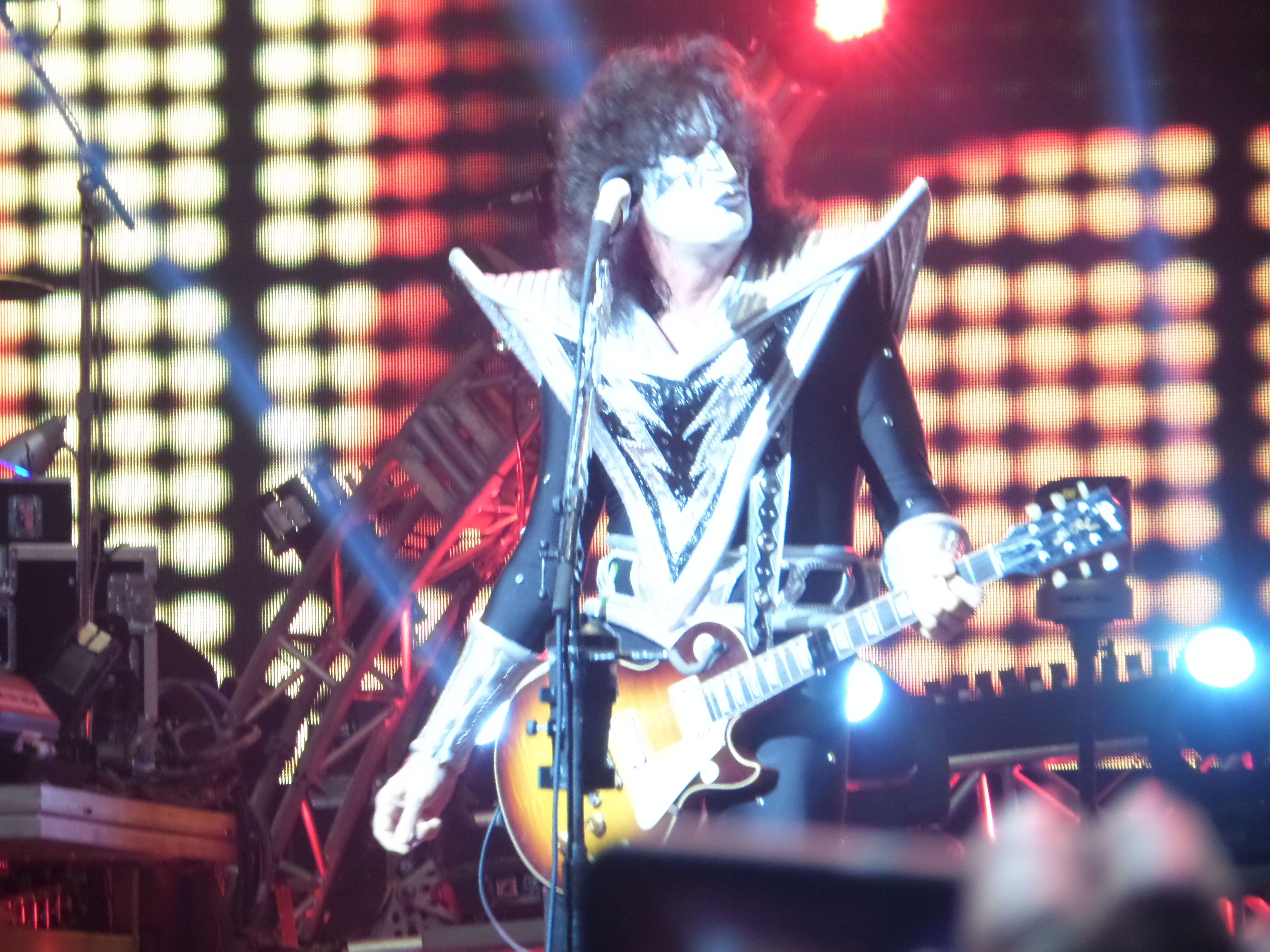 Tommy Thayer at KISS concert