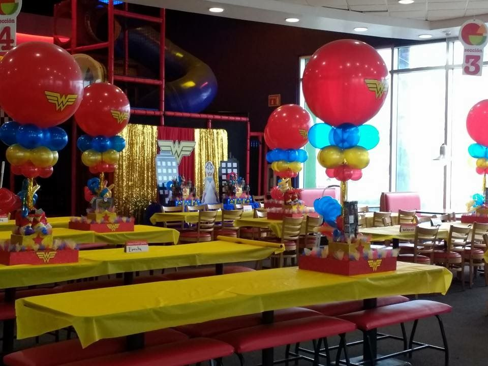 Wonder Woman table Centerpieces! Wonder Woman beautiful Birthday Party!