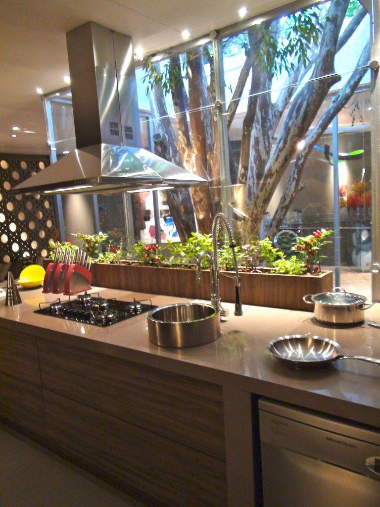 Modernes zen-küchendesign cozinha gourmet com jardim de inverno e horta na bancada coifa de