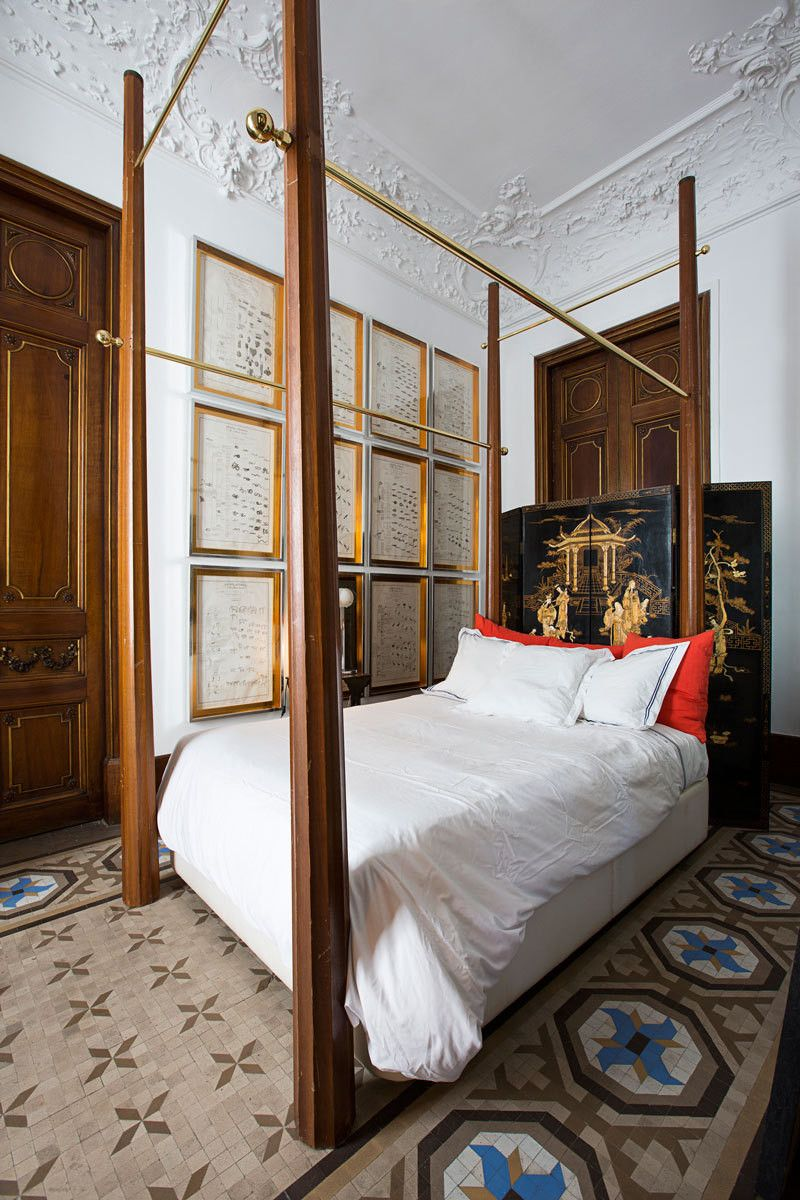 IDEA Four poster placed closish to wall with