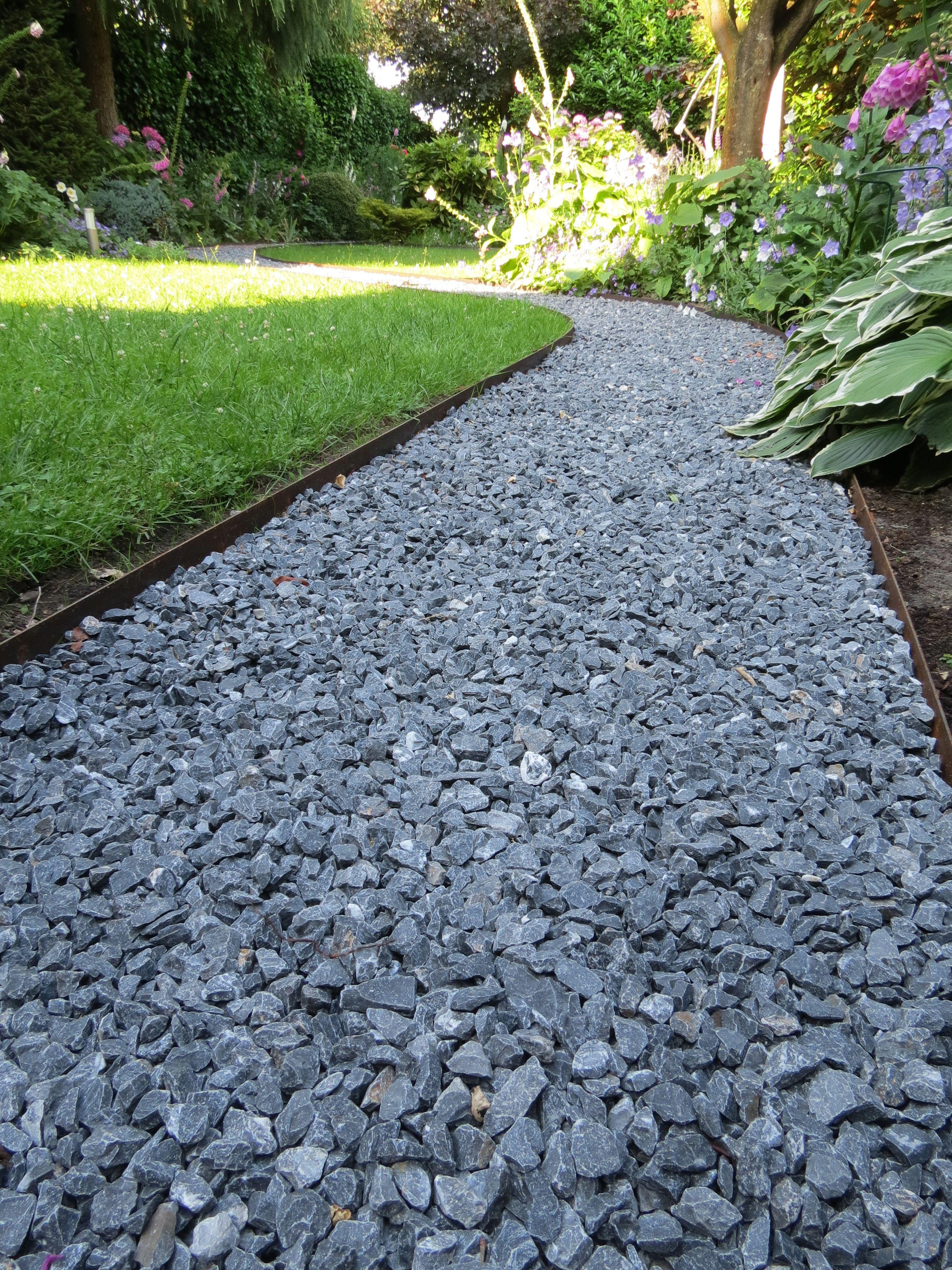 Slingerend tuinpad afgezet met corten staal randbegrenzing opsluitband en gevuld met grijze - Terras rand idee ...