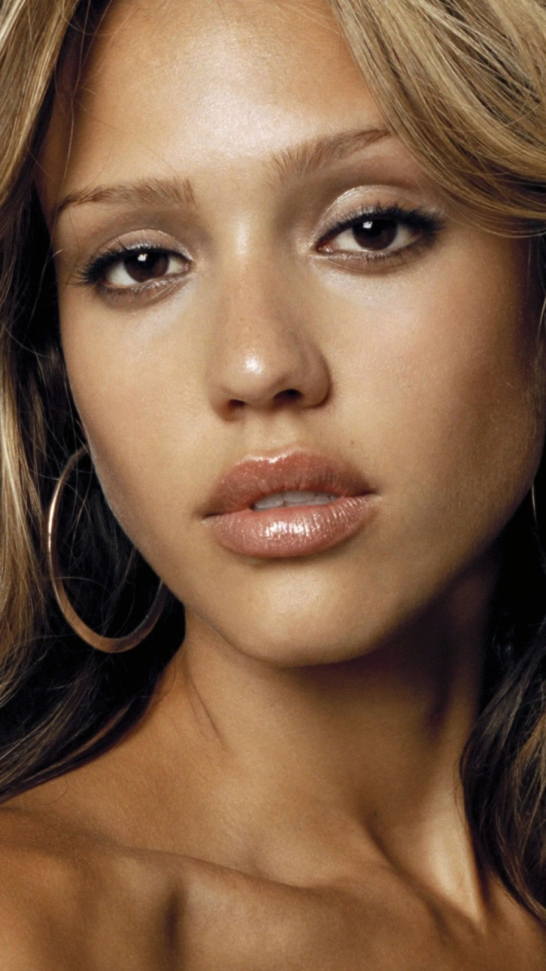 Preview Wallpaper Jessica Alba Couch Face Hair Earrings