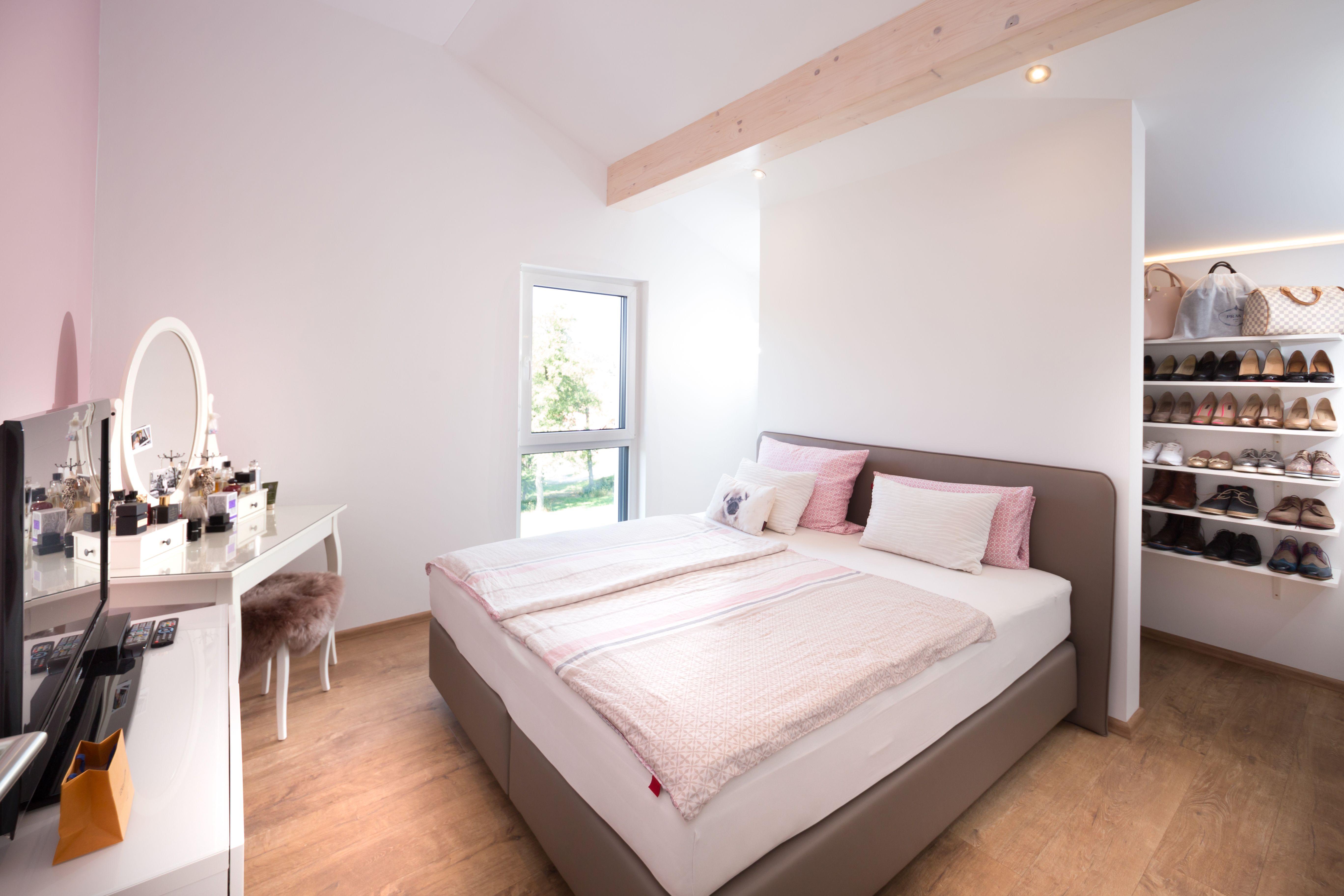 Modernes Schlafzimmer mit begehbarem Kleiderschrank  ...