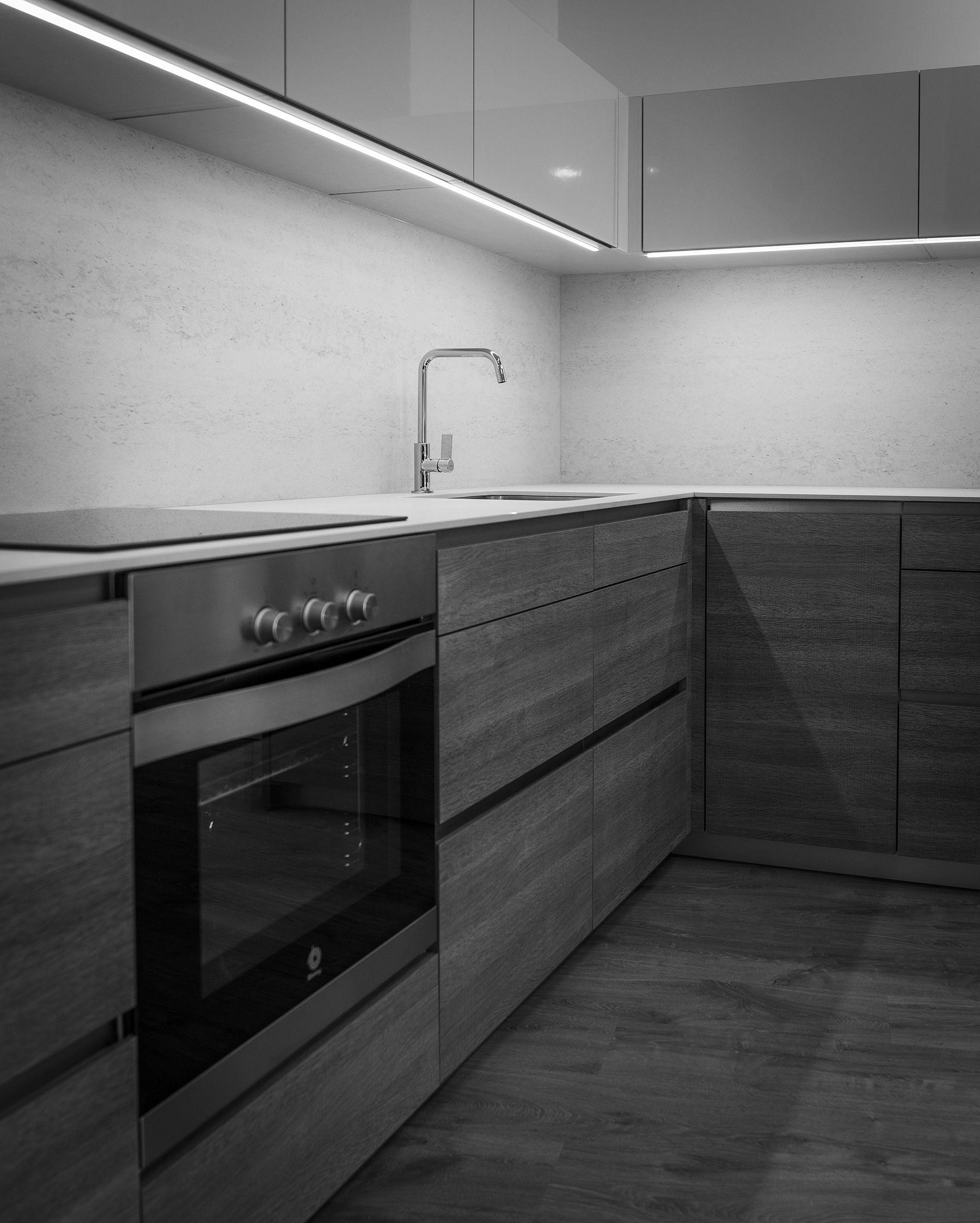Cocina con muebles bajos en tranch y muebles altos con for Muebles altos y bajos de cocina