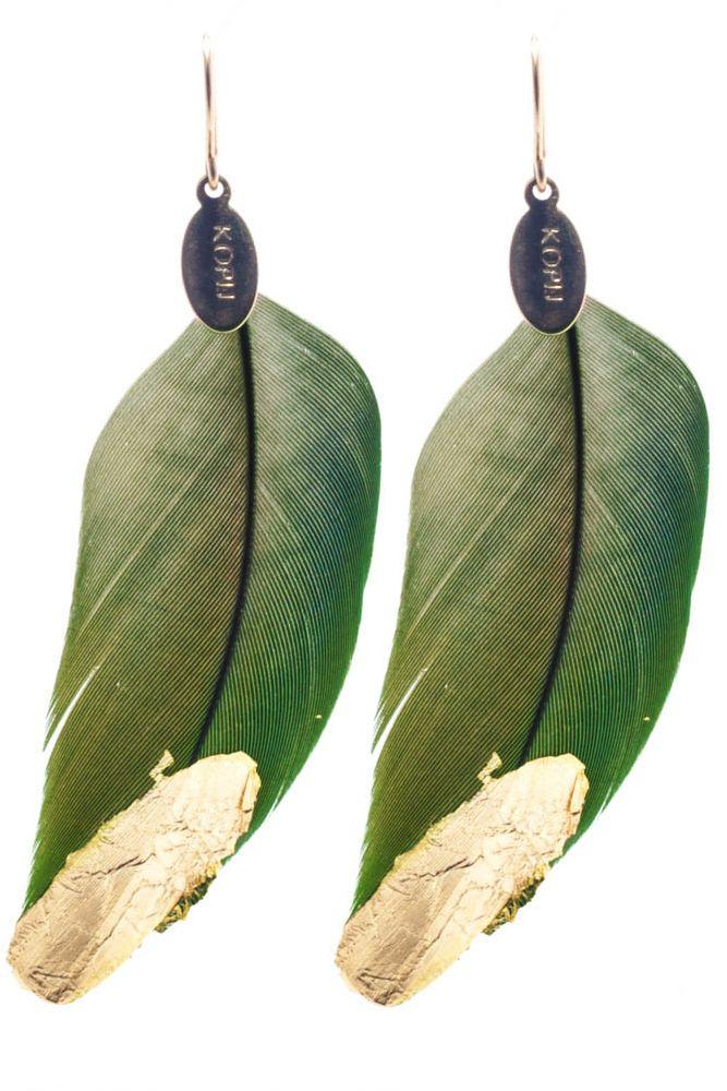 LK2815-24-16 Boucles d'oreilles en or Boucles d'oreilles en or. plumes vertes plaquées or. 9 cm. 60e. Longue et sauvage, cette paire bohème chic est pour les artistes dans l'âme. A conseiller sur les grandes masses de cheveux. N'hésitez pas à commander une autre couleur de plume! Celles-ci varient du vert au turquoise avec toutes les tonalités intermédiaires. Sauvage et gracieux à porter sur une silhouette bohème, ou en contraste sur une silhouette ample et noire.
