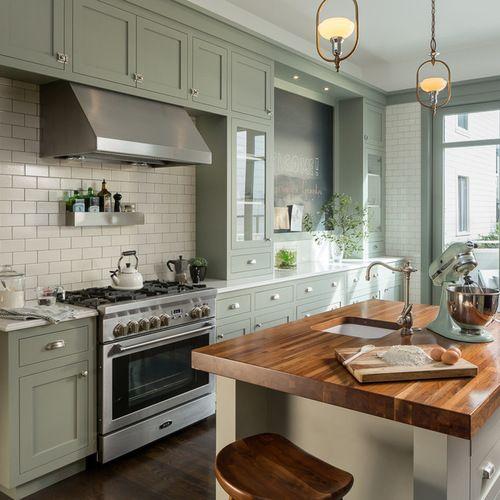 Diseño de cocina tradicional con fregadero bajoencimera, armarios ...
