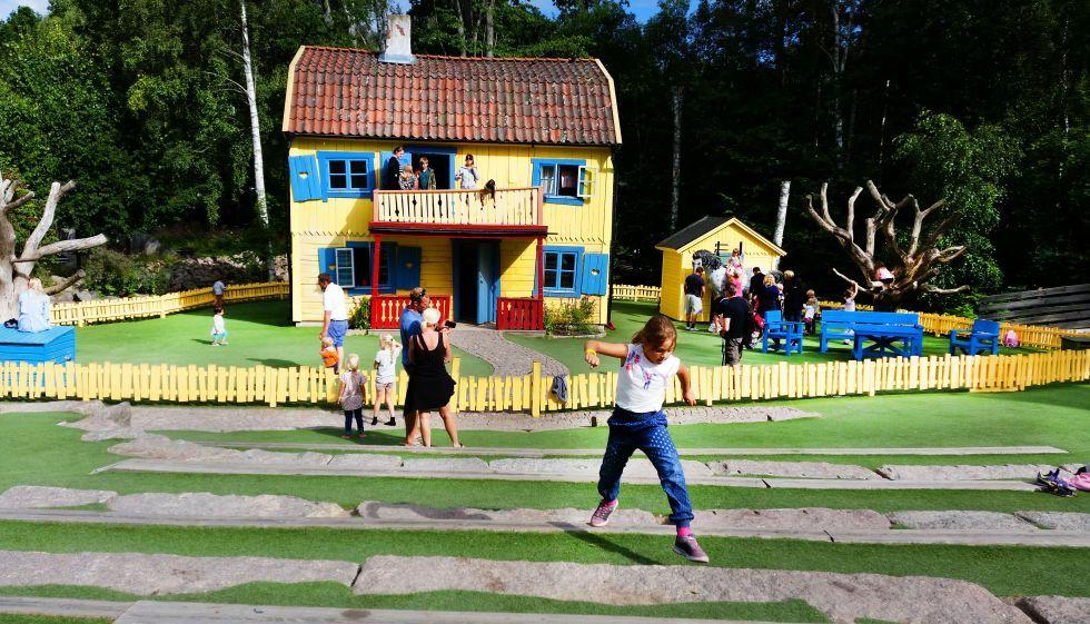 Pippi Calzaslargas y otros personajes de la autora de libros infantiles en el parque temático que lleva su nombre al sur de Suecia