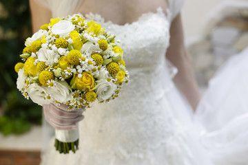 Bouquet Sposa Giallo.Bellissimo Bouquet Da Sposa Giallo E Bianco Tenuto In Mano