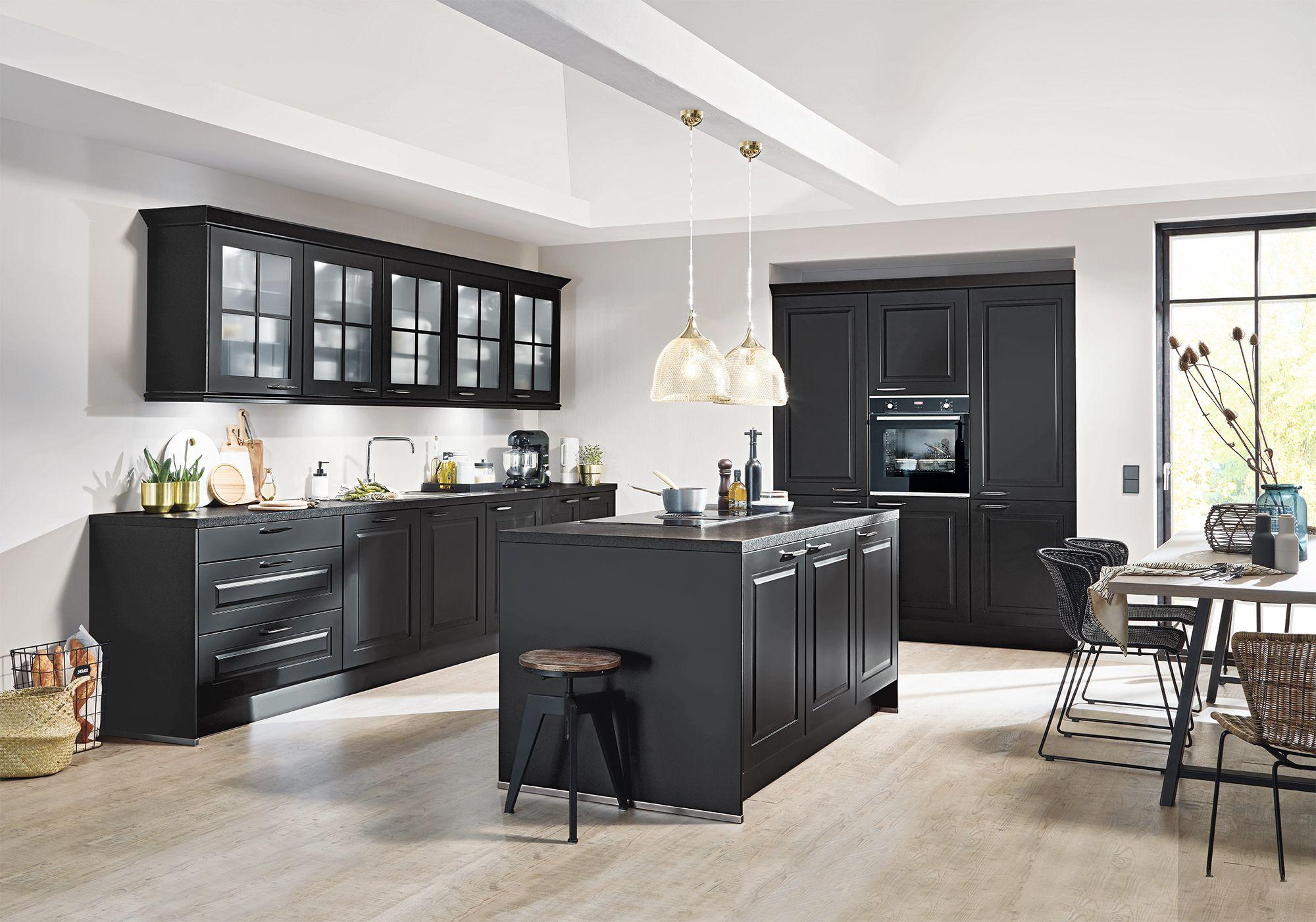 Gemütliche Landhausküche mit schwarzen Fronten in Lack ...