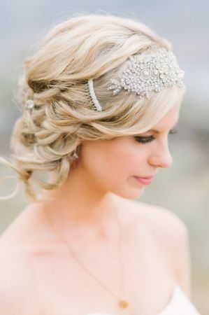 Brautfrisuren geflochten mit schleier  braided bridal updo. read more - http://www.hummingheartstrings.de ...