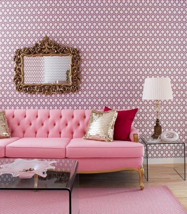 Great Small Living Room Designs By Colin Justin: ピンクはリラックス効果のある色です。女性らしいイメージもありますね。今回はそんなピンクをソファに使って、甘くなりすぎ