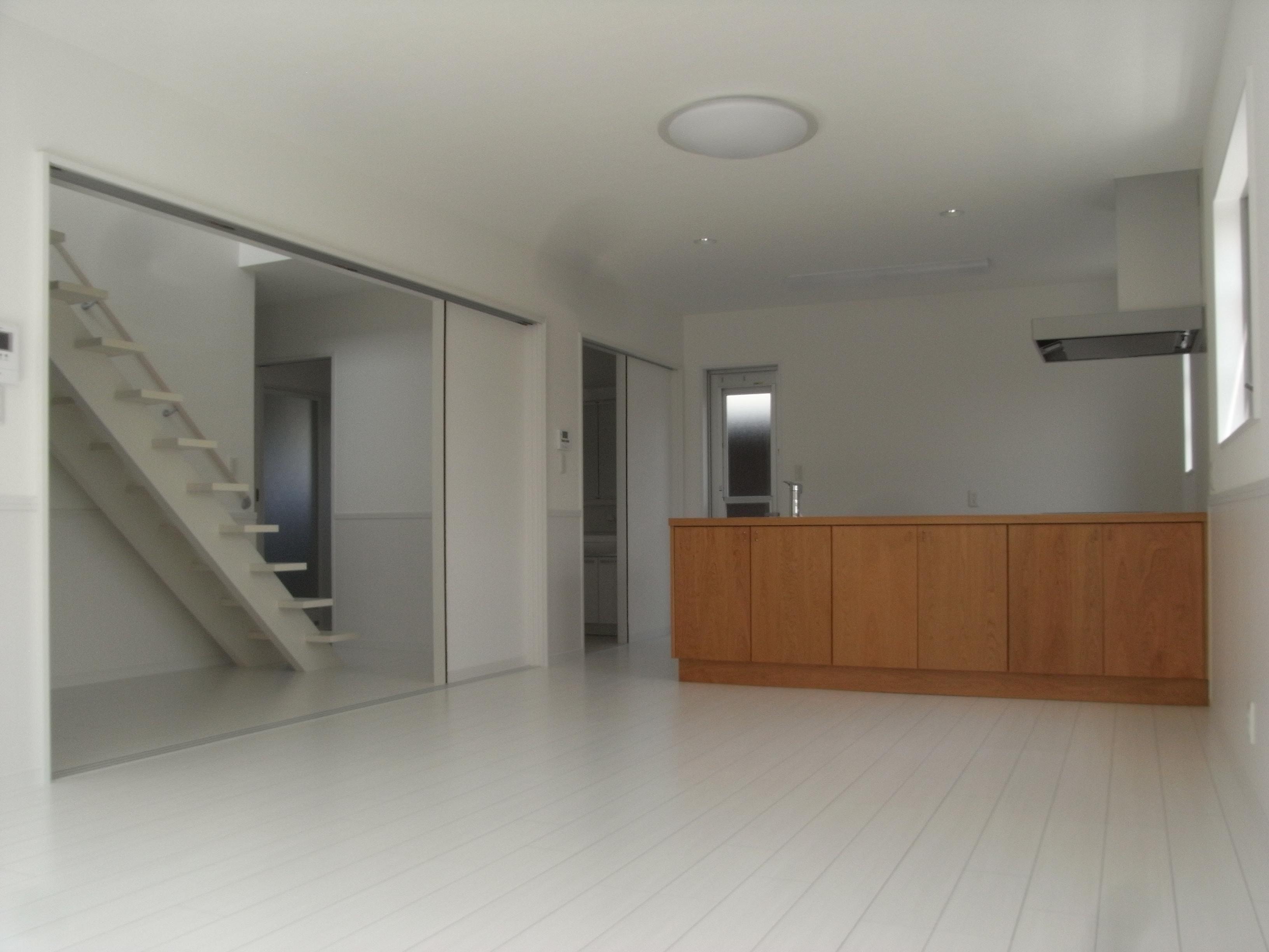 清潔感のある爽やかなイメージの2階建て ダウンライト 住宅