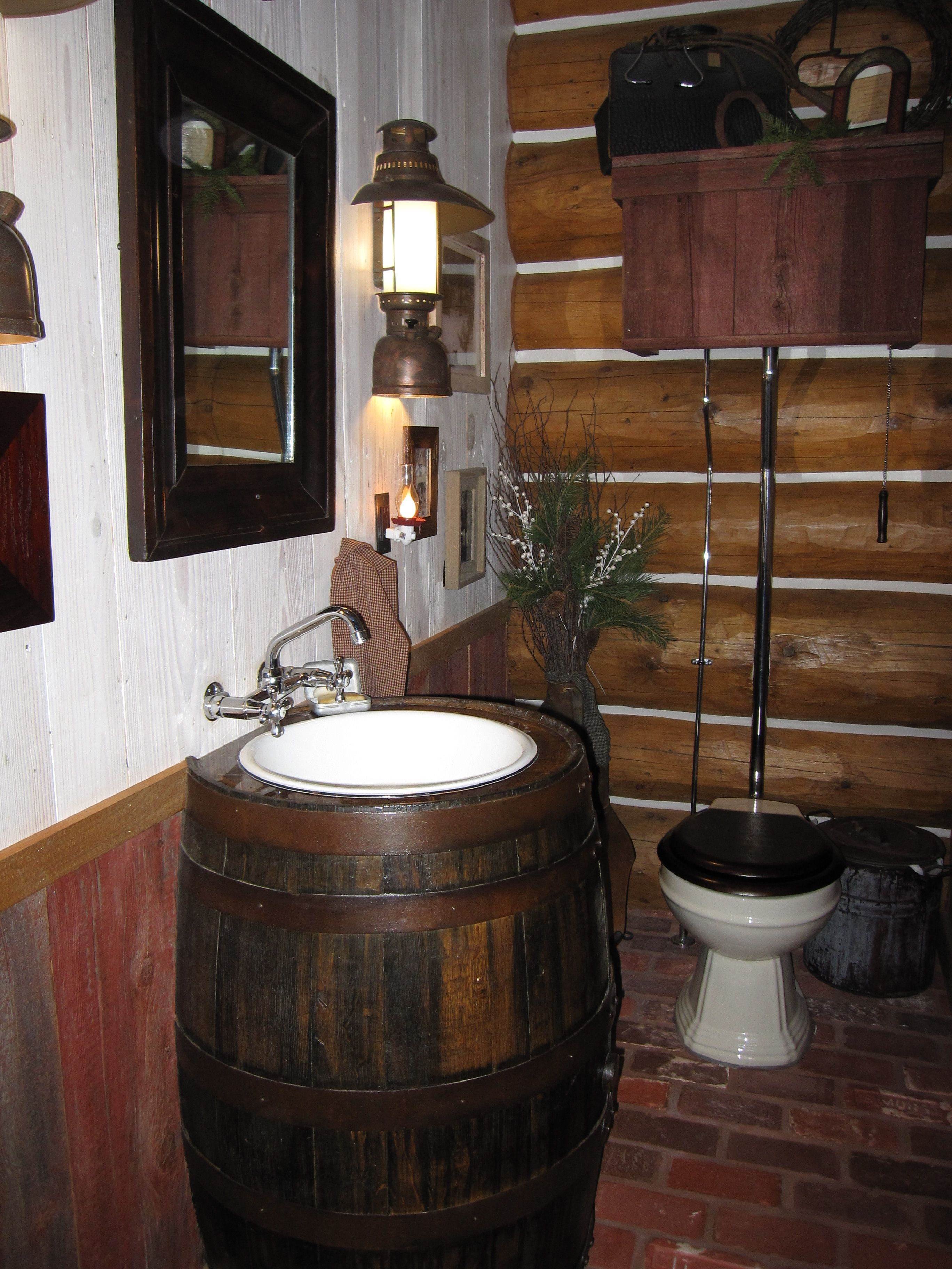 Rustikale Bäder Repurposed Whiskey Barrel In Our Powder Room | Rustikale Bäder, Rustikale Bad Eitelkeiten, Kleines Bad Renovierungen