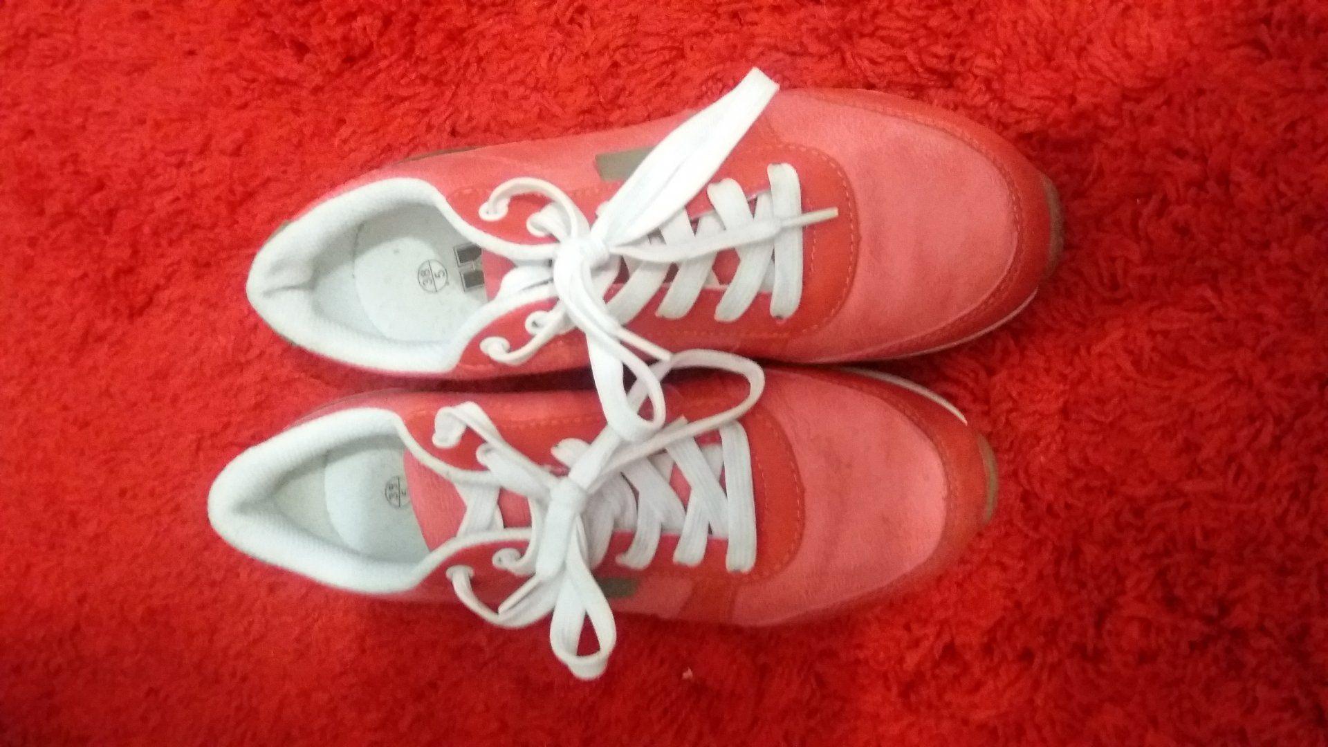 10,00€ · zapatos deportivos · vendo por no emlearlos. muy comodos.azules talla 37. rosa talla 38 · Moda y complementos > Zapatos > Zapatos de mujer > Otros zapatos de mujer