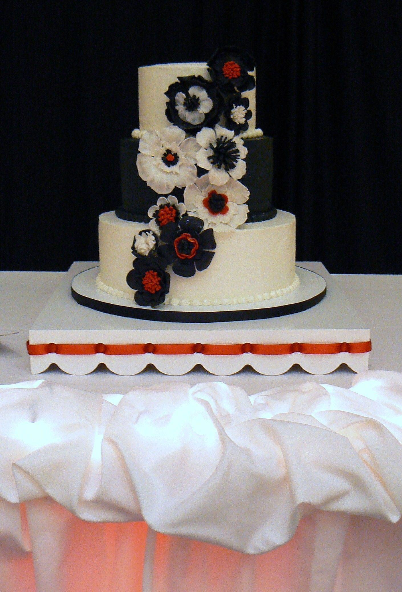 Fantasy sugar flowers in red black and white cakeart weddings by fantasy sugar flowers in red black and white dhlflorist Image collections