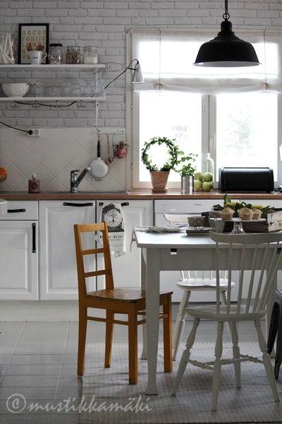 keittiö,vaalea,ruokailuryhmä,keittiön kaapit,kattaus