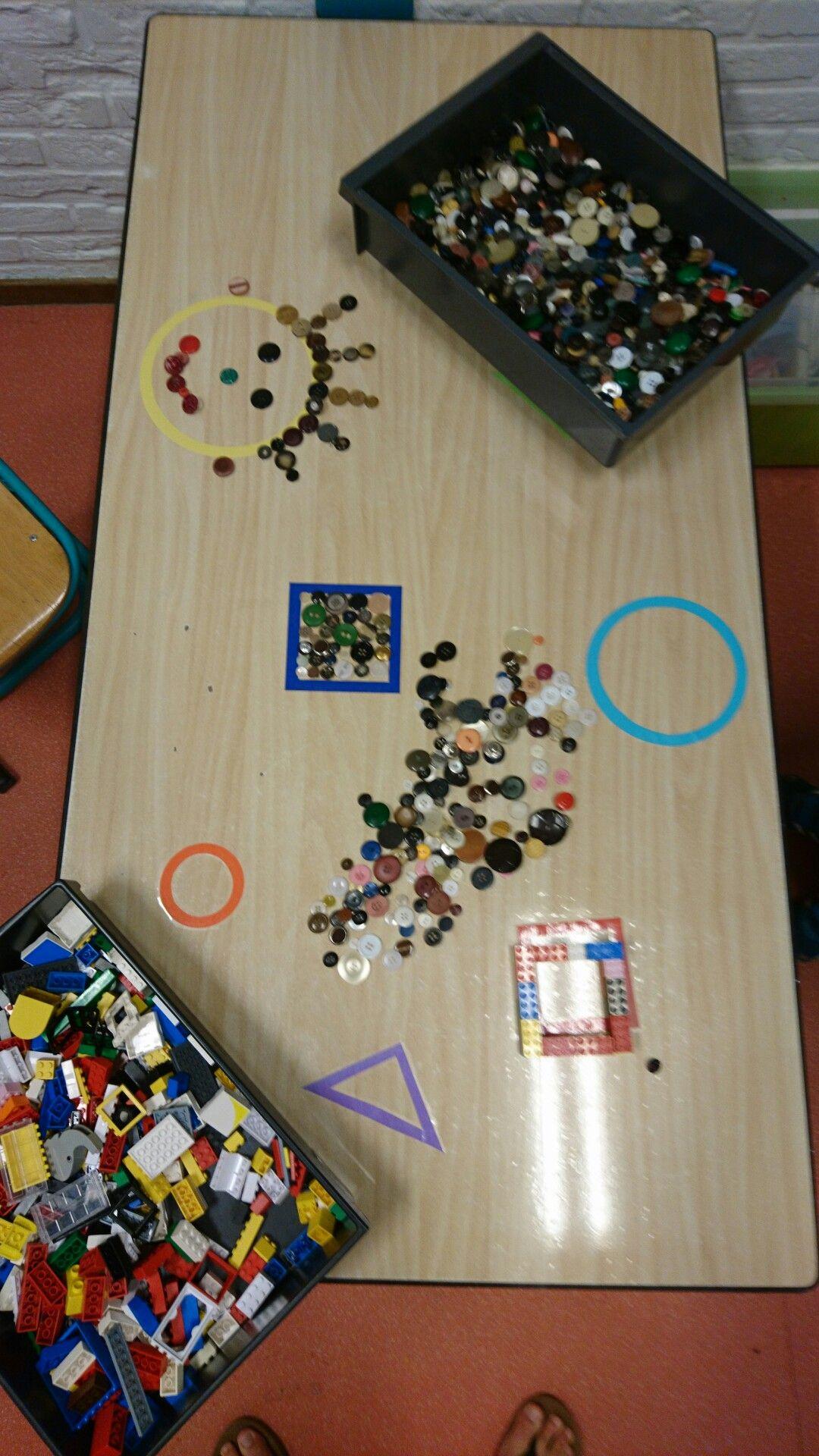 Vormen op tafel geplakt, verschillend materiaal aanbieden en de fantasie van kinderen hun gang laten gaan