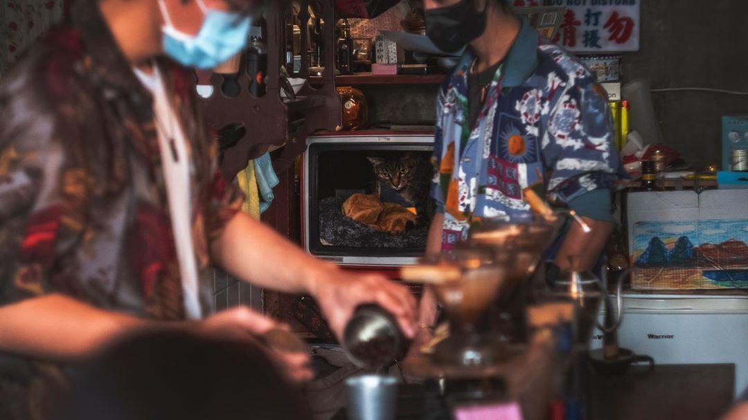 放慢腳步用不同的心與角度感受這些人、事、物。  永樂市場(賊仔市)  #travellingthroughtheworld  #streetclassics  #streerphotography  #cityphotography  #photography #photographer  #fujifilm #fujifilmxt3  #helios44m  #helios44  #taiwan #taiwantravel  #taiwan_dream  #discover_taiwan  #vscotaiwan  #tainan  #tainantravel  #秘氏咖啡  #台灣 #台南  #永樂市場  #賊仔市  #富士攝影 #攝影 #寫真