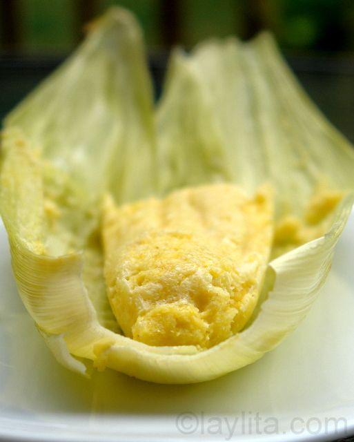 Humitas ou bolo de milho e queijo fresco cozido no vapor