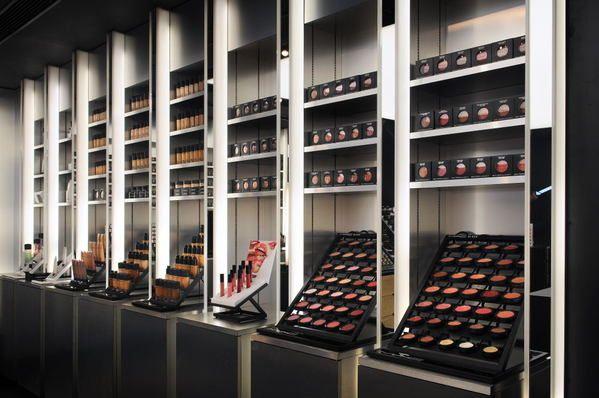 Mac store on behance pretty pinterest salons de for Salon de coiffure dubai