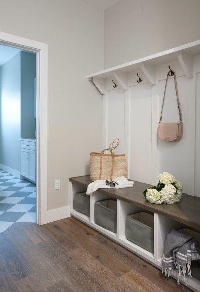 Vestiaire d entree sol en parquet mur en gris clair idee pour bien meubler le couloir