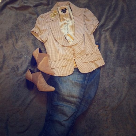 Guess jeans short sleeves Blazer Short sleeved blazer. 3 buttons. Back has cute pleating detail. Guess Jackets & Coats Blazers