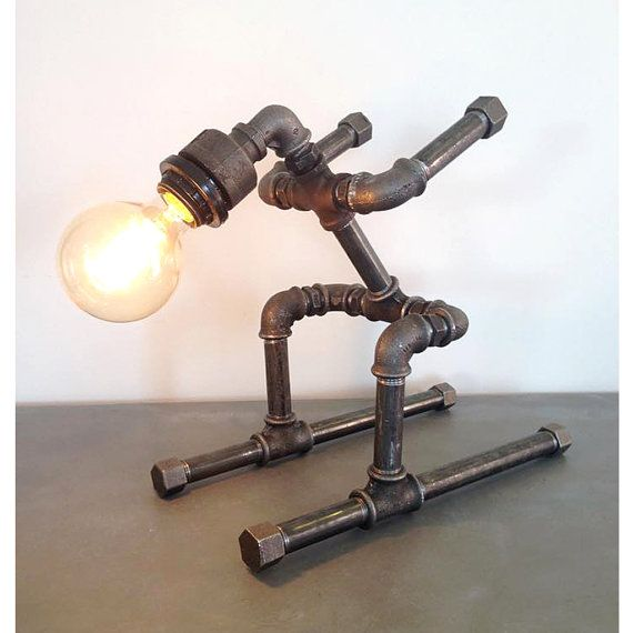 robot ski table pipe style edison ampoule industrielle upcycled lampe de table steam punk. Black Bedroom Furniture Sets. Home Design Ideas
