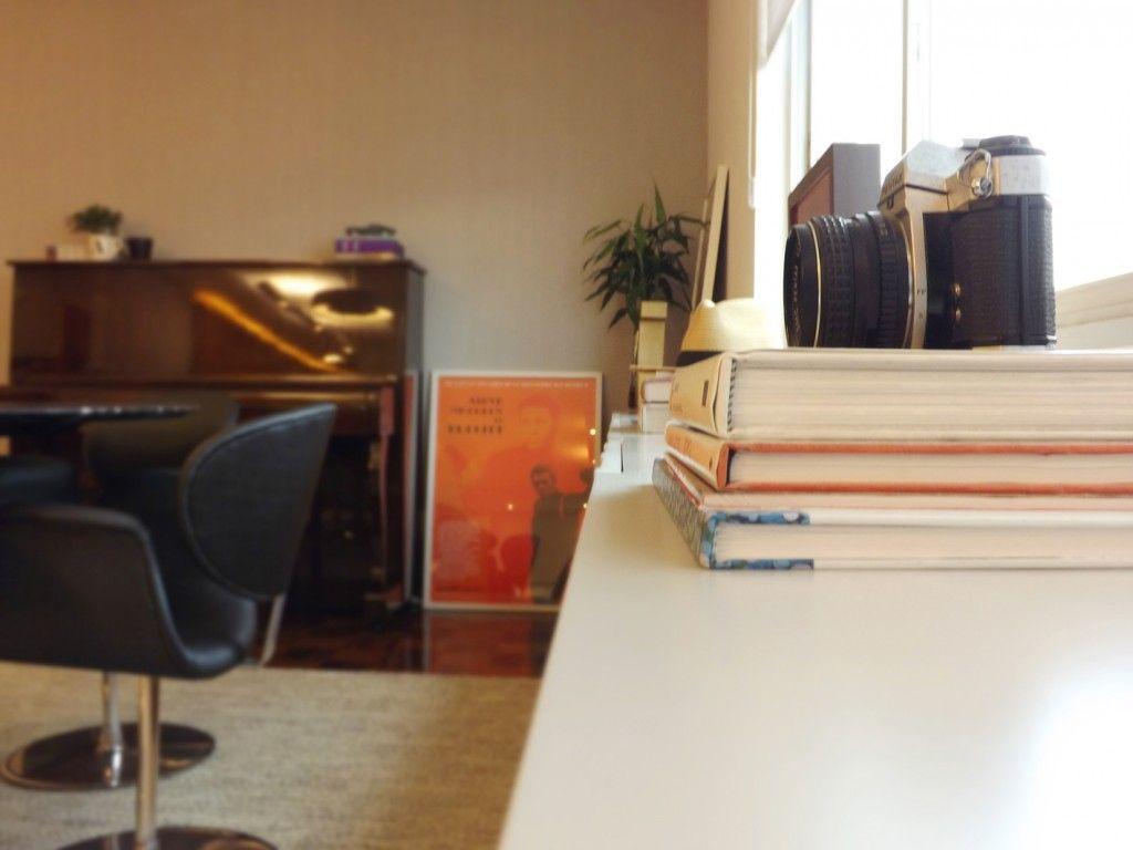 Sala de jantar | Balcão buffet | O grande balcão decorado com livros e objetos pessoais, funciona também como buffet de apoio para a mesa de jantar | marcelasantiago.com.br
