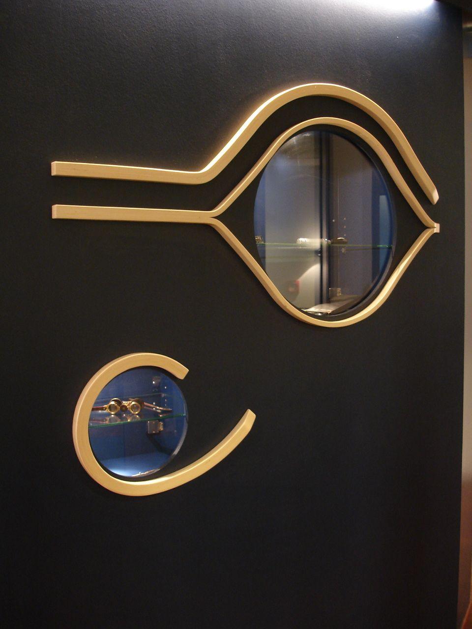 Augenarztpraxis, Bremen Ausstellungsvitrine mit historischen Untersuchungsgeräten der Augenheilkunde, Praxislogo