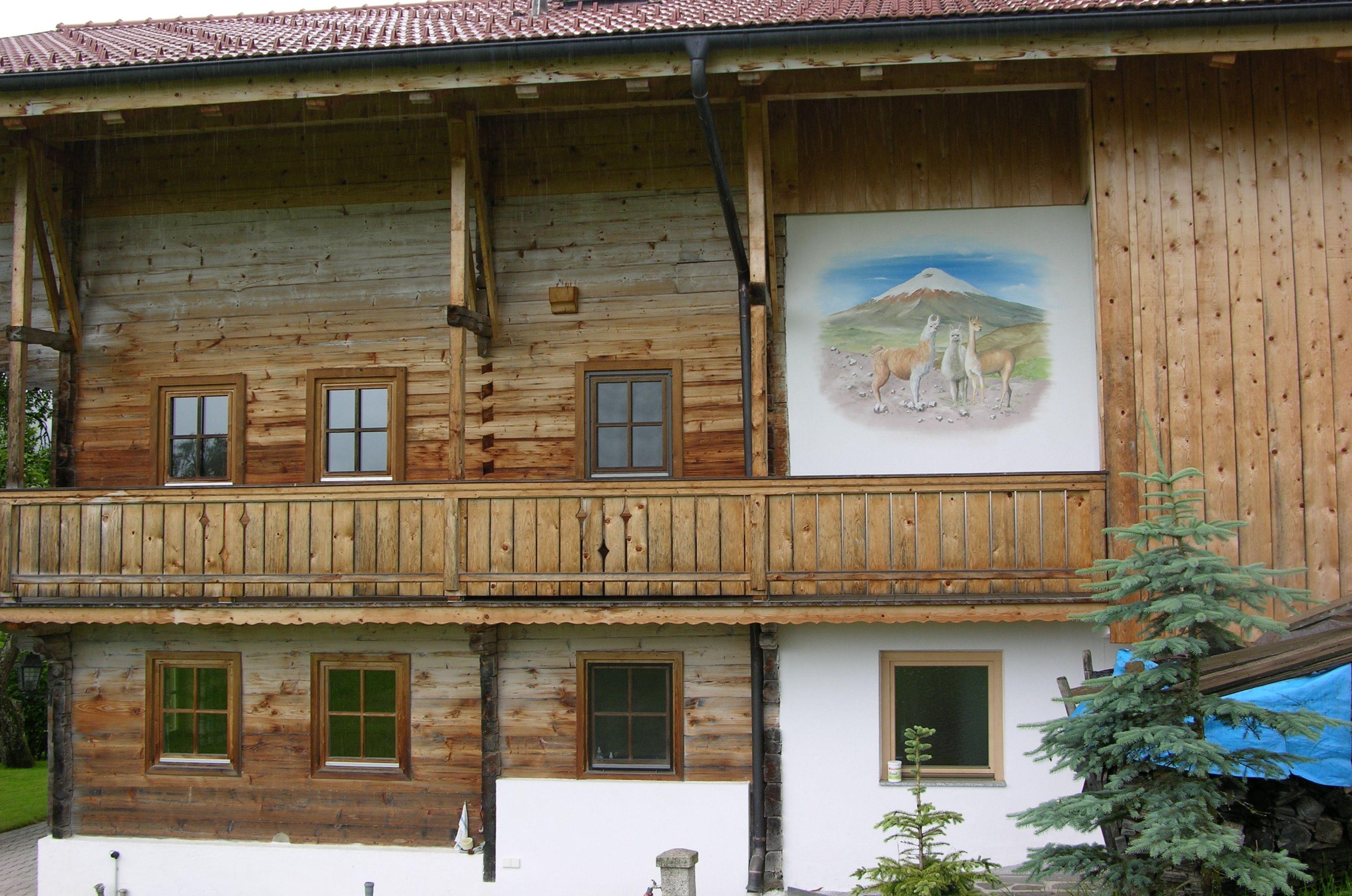 Wandgemälde mit Lama, Alpaka und Vicunha in A-6361 Penningberg in Tirol von uns auf die Fassade eines alten restaurierten Bauernhofs gemalt