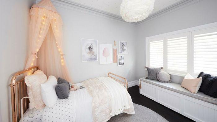 Schlafzimmer in hellen Nuancen, Wandfarbe Grau, Betthimmel in