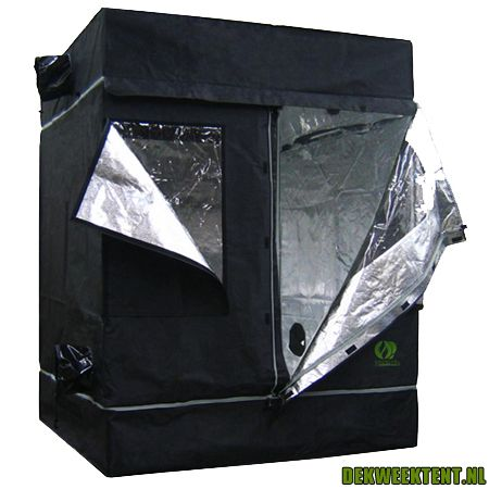 De Homebox Growlab 145 past in de meeste huizen met zijn compacte afmetingen van 1.2m x 2.4m x 2m. De 145 is ideaal voor de wat serieuzere kweker. Voorzien van zilver reflecterende binnenkant. Geschikt voor 250w tot 600w lamp.