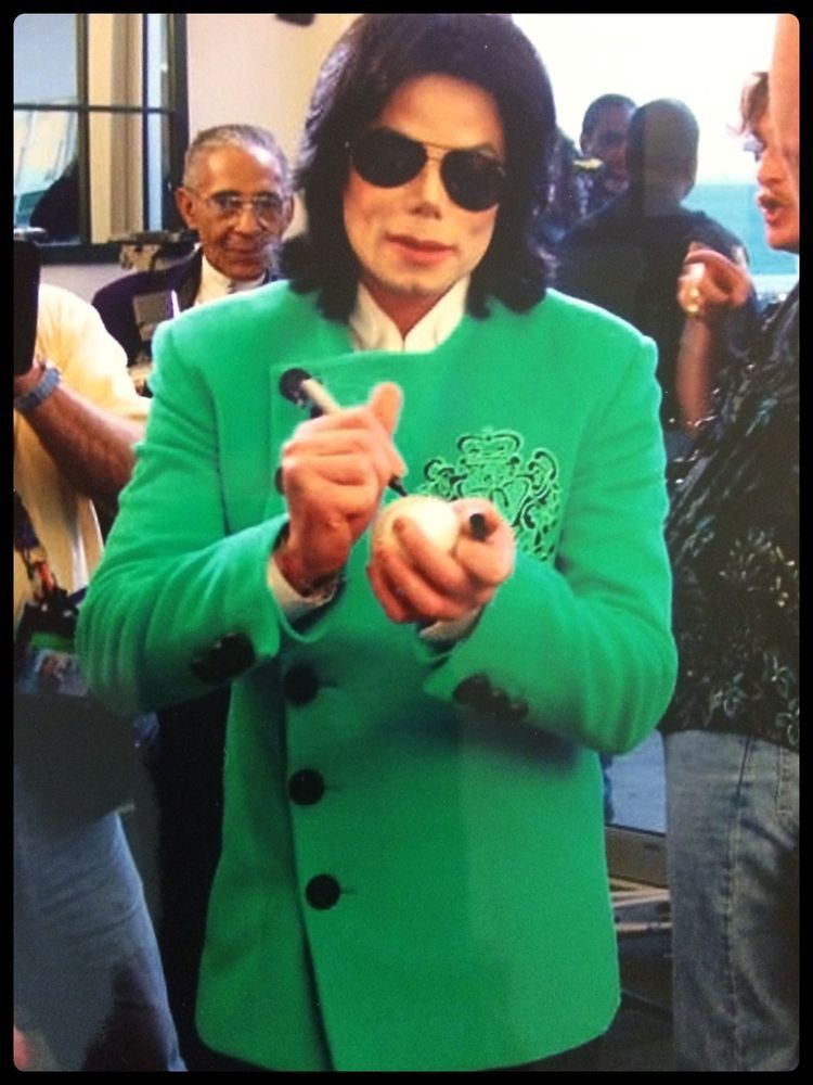 HE'S WEARING GREEN EVERY ONE!!! GREEN!!!